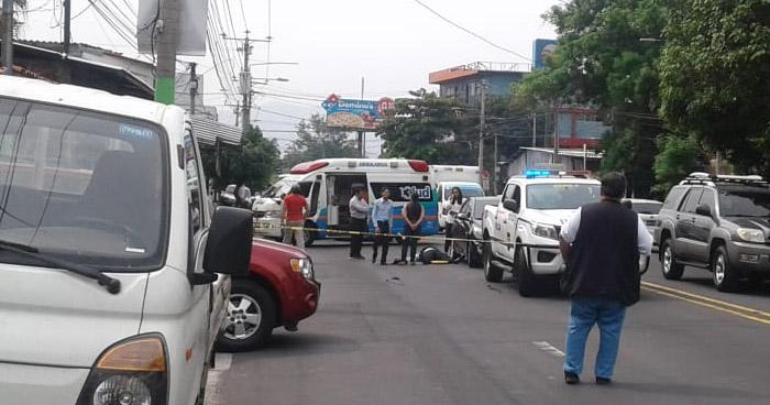 Hombre fallece en la 75 avenida norte en la Colonia Escalón