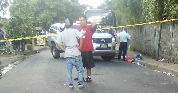 Mujer muere tras caer de unidad de transporte en Soyapango