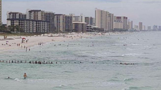 Cadena humana salva a familia de morirse ahogada en un playa de Florida