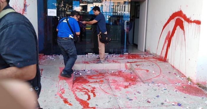 Feministas protestaron y dañaron instalaciones de la Fiscalía