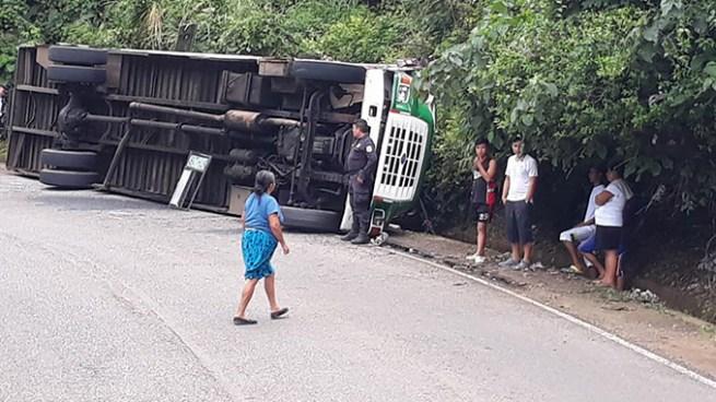 Autobús pierde el control y vuelca dejado varios lesionados en Ahuachapán