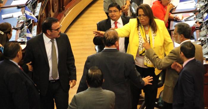 VIDEO | Diputados de GANA y FMLN se enfrentaron verbalmente en sesión plenaria