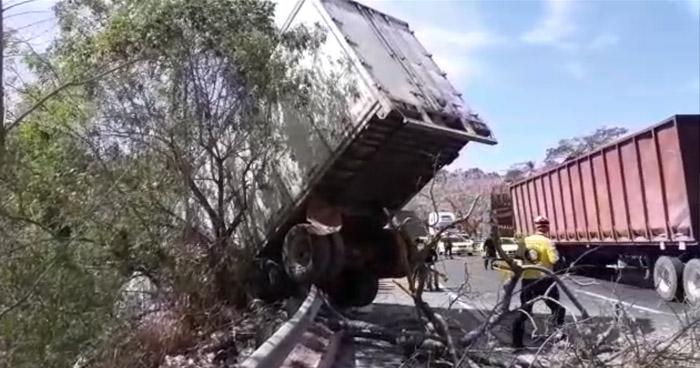 Trailer cae a un barranco en carretera de Oro