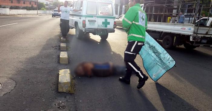 Hombre muere tras ser atropellado por un pick up sobre el Bulevar Venezuela