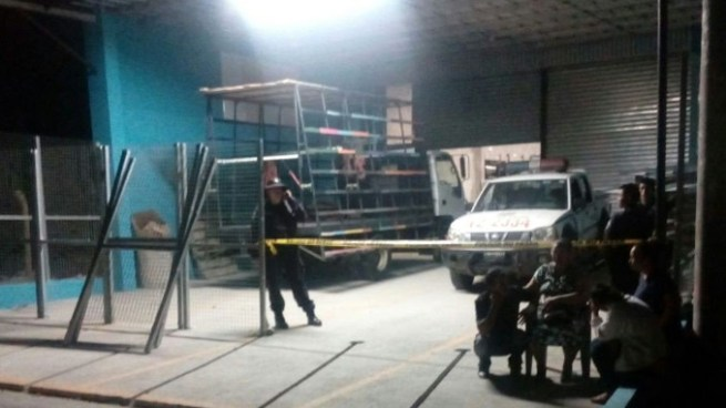 Empleado muere degollado mientras descargaba un vidrio de un camión