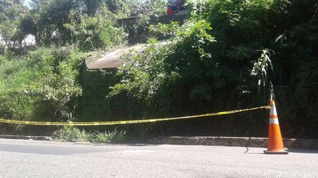 Hombre de 60 años muere al caer de 4 metros de alto a una cuneta