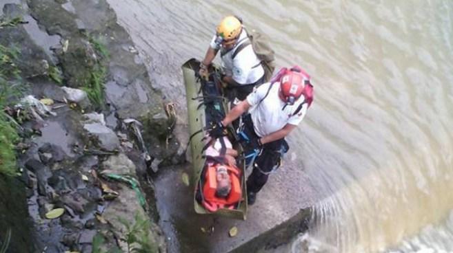 Rescatan con vida a septuagenario que cayó al río acelhuate