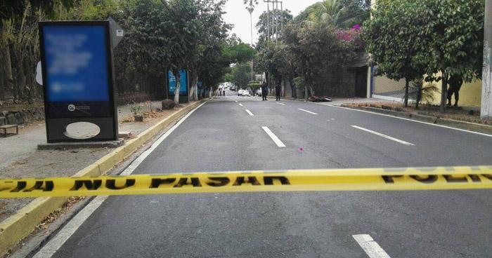 Hallan el cadáver degollado de un hombre sobre la 75 avenida Norte de San Salvador