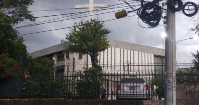 Delincuentes matan a un cuidador de carros en iglesia de la colonia Roma, San Salvador