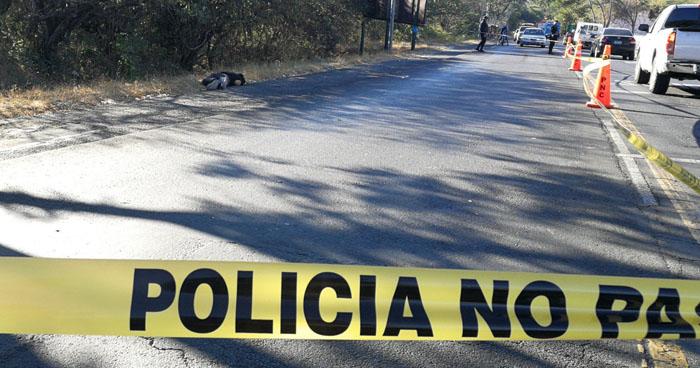 Hombre fue asesinado a la orilla de la carretera Litoral en San Miguel