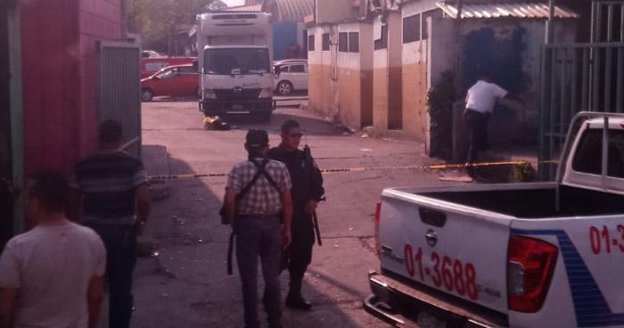 Un joven fue asesinado a balazos en el parqueo del mercado San Miguelito, San Salvador