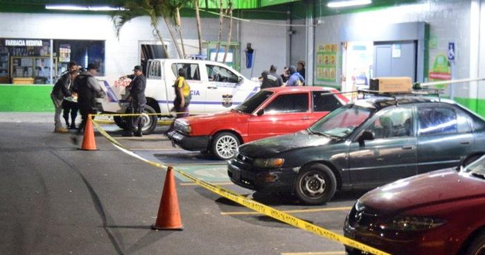 Joven fue asesinado en el estacionamiento de un supermercado en San Jacinto