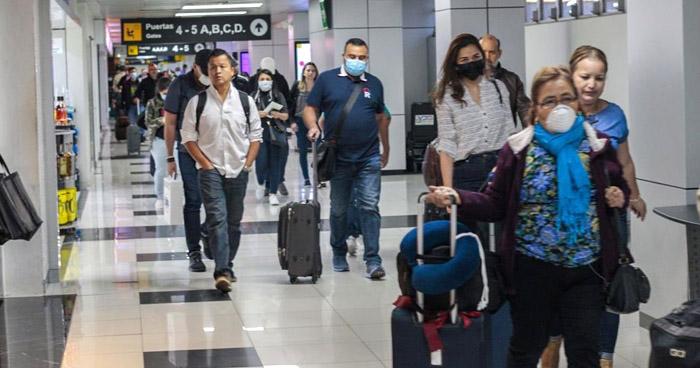 Aeropuerto de El Salvador reanuda funciones pero prohíbe vuelos provenientes de México