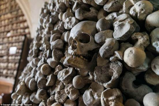Pequeña iglesia al sur este de Londres guarda más de 2 mil cráneos