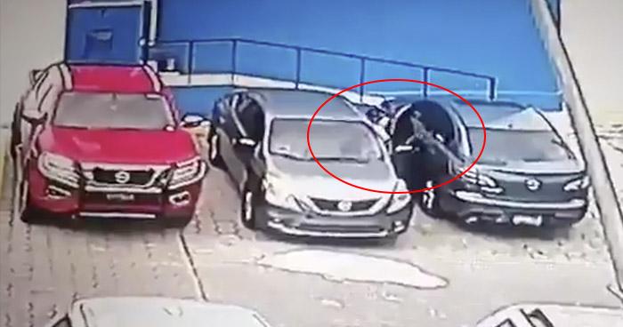 Cámara de seguridad capta hurto en vehículo en ferretería de la colonia Escalón
