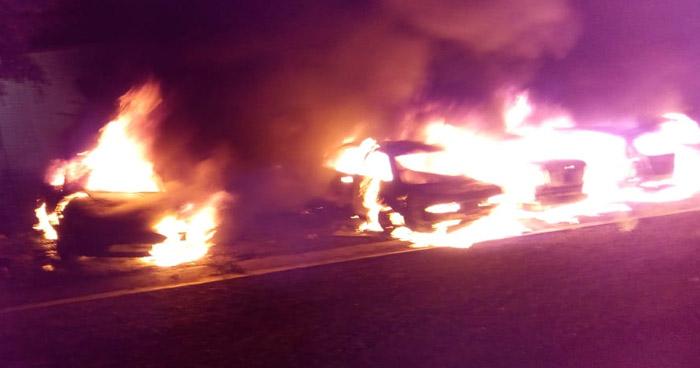 Incendio provocado por un silbador consumió cinco vehículos y dañó un taller y una vivienda