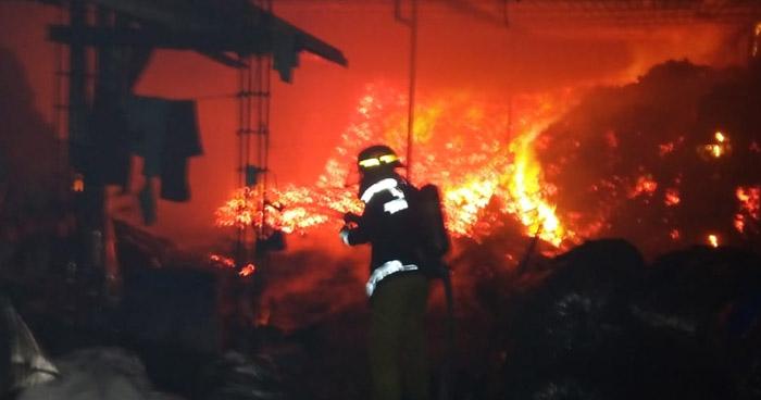 Incendio consume bodega de carbón en calle antigua a Quezaltepeque