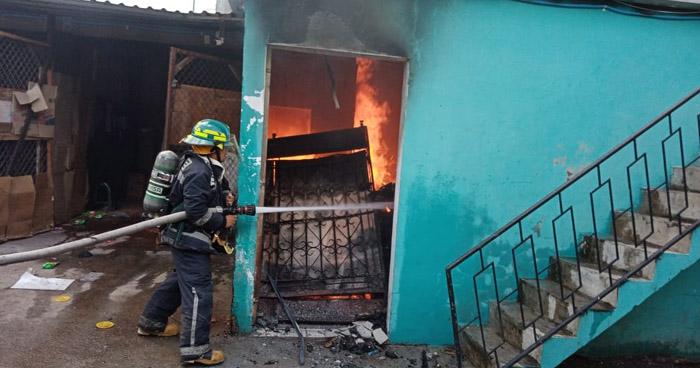 Bomberos extinguen incendio en local comercial en San Miguel