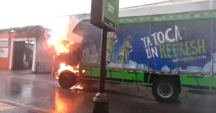 Bomberos controlan incendio en camión en Paseo del Carmen, Santa Tecla
