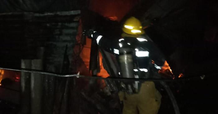 Bomberos extinguieron incendio en vivienda sobre Avenida Masferrer Norte