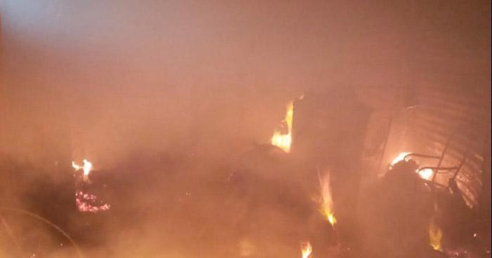 Bomberos extinguen incendio en basurero en San Martín