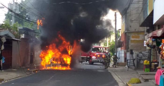 Autobús se incendió cerca del Árbol de La Paz