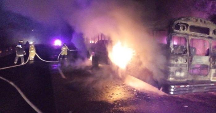 Autobús con pasajeros se incendió en carretera Panamericana, Santa Ana