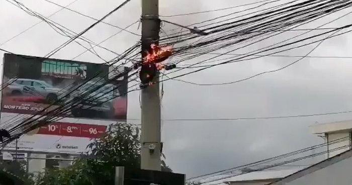 Cierran paso por cables incendiados sobre 79 Avenida Norte, San Salvador