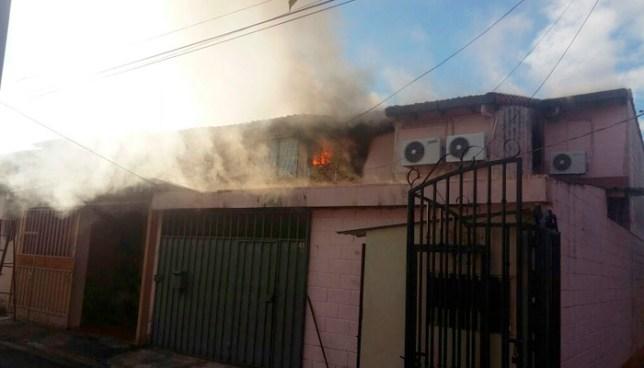 Tres muertos al interior de una vivienda que se incendio en colonia Bethania, Santa Tecla