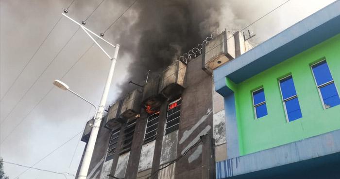 Bomberos trabajan en incendio en mueblería del centro de San Salvador