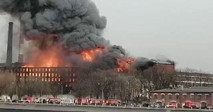 Al menos un muerto tras gigantesco incendio en fábrica de San Petersburgo