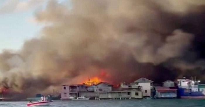 Incendio de grandes proporciones causa destrucción en Isla Guanaja, en Honduras