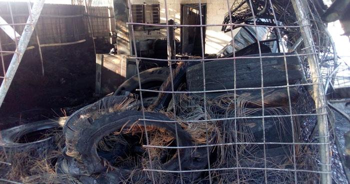 Llanteria ubicada a un costado de una gasolinera se incendió esta tarde