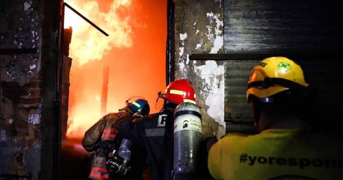 Voraz incendio consume parte del Mercado Central de Santa Ana
