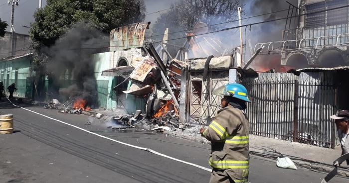Incendio en Centro Histórico de San Salvador obligó evacuación de estudiantes