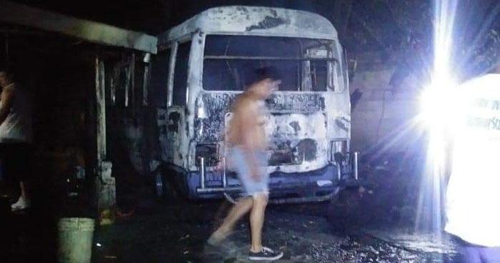 Microbus ruta 38-D se quemó en su totalidad tras hacer cortocircuito en Apopa