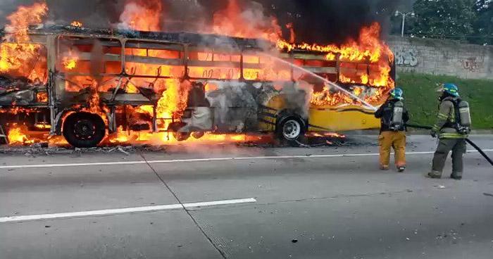 Bomberos sofocan incendio en autobús sobre Bulevar Monseñor Romero