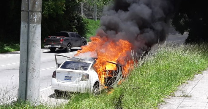 Vehículo incendiado sobre carretera Panamericana, sentido a Santa Tecla