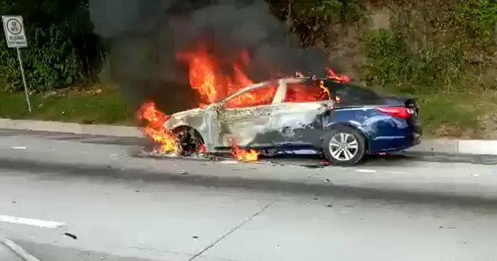 Extinguen incendio en vehículo sobre carretera al Puerto de La Libertad