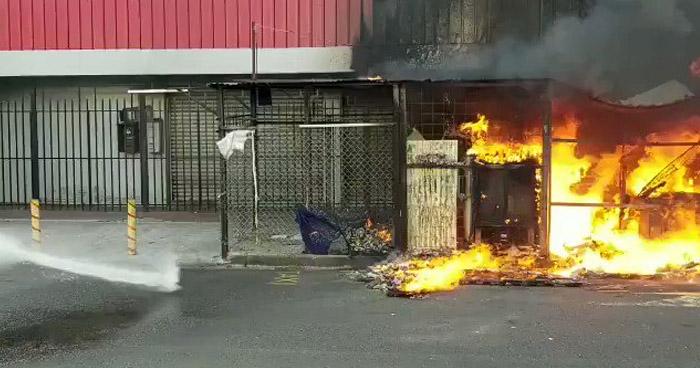 Incendio afecta 3 puestos de venta en calle Rubén Darío de San Salvador