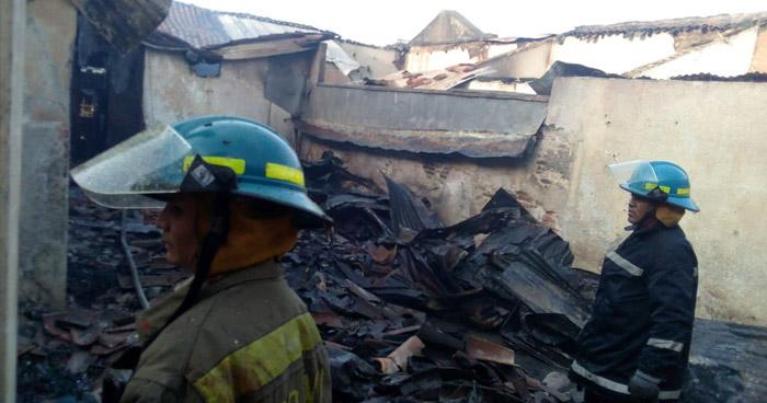 Fuerte incendio en el Mercado municipal de San Miguel dejó cuantiosos daños materiales
