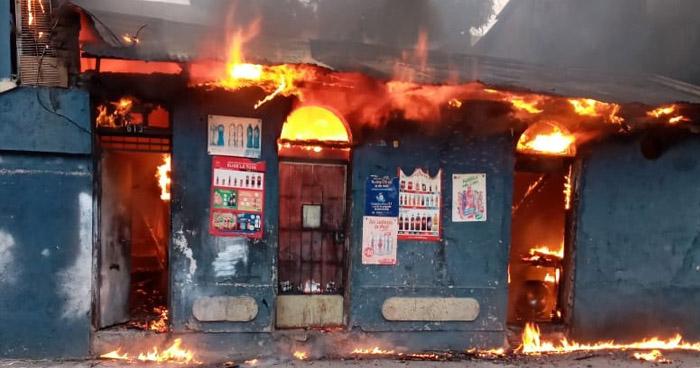 Voraz incendio consume negocio en San Salvador