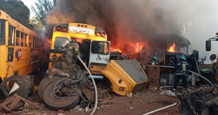 Bomberos extinguen incendio en taller en Sonsonate