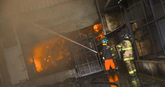 Bomberos superan las 10 horas de trabajo en incendio en local del Bulevar Venezuela