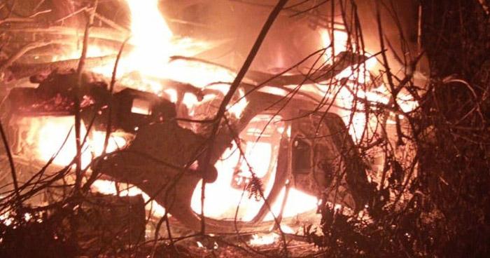 Tres lesionados tras vuelco e incendio de vehículo en Chalatenango