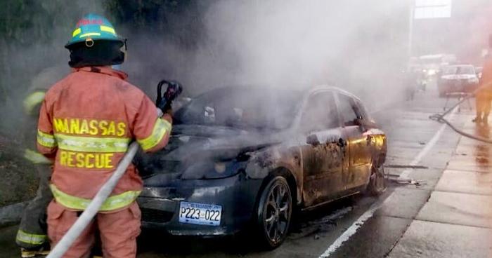 Un vehículo se incendio en la carretera Los Chorros esta mañana y causa trafico