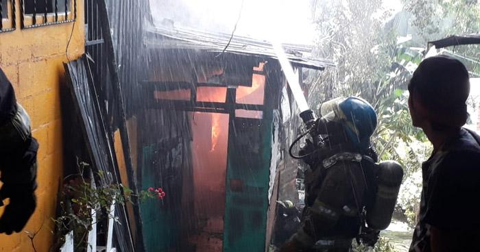 Un quemado en incendio de vivienda del Barrio La Vega en San Salvador