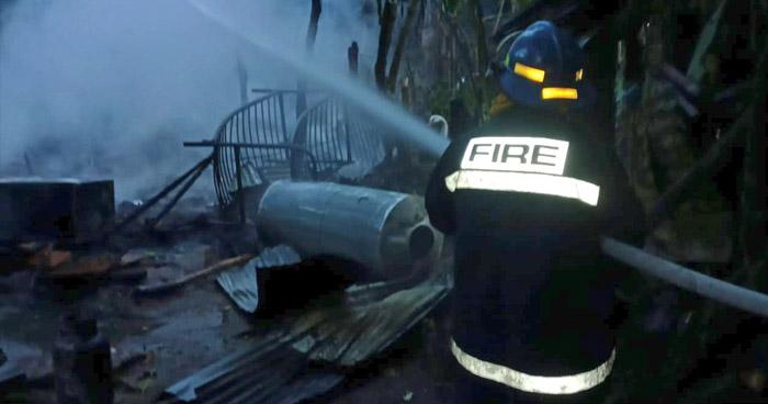Bomberos extinguen incendio en vivienda de Santa Cruz Michapa, en Cuscatlán