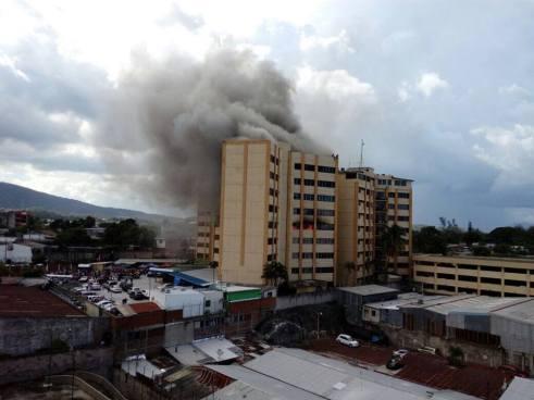 Fuerte incendio en una de las tres torres del Ministerio de Hacienda