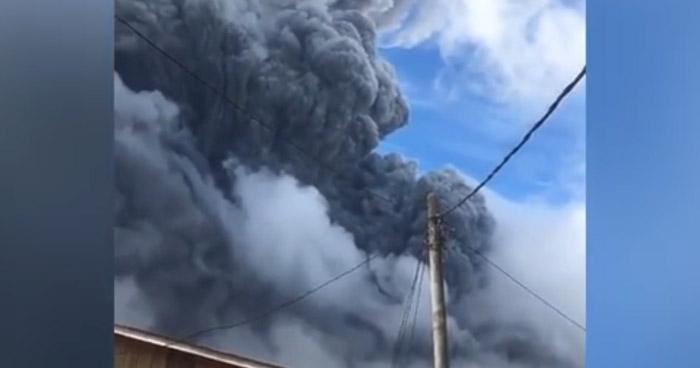 Volcán de Indonesia hace erupción y lanza una enorme columna de ceniza